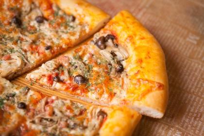 たっぷりキノコのトマトクリームピザ