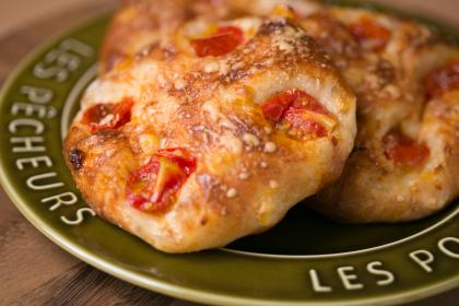 たっぷりプチトマトとチーズとうもろこしのふわふわフォカッチャ