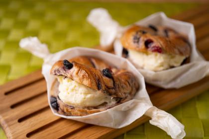 ブルーベリーとクランベリーベーグル~クリームチーズサンド
